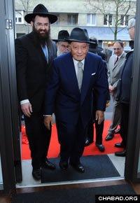 Sami Rohr enters the new facility with its director, Rabbi Zalmen Wishedski. (Photo: Meir Dahan)