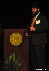 Rabbi Yerachmiel Gorelik receives the Advisor Gratitude Award.
