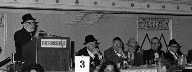 Rabbi Yosef Wineberg, who passed away Wednesday at the age of 94, speaks at a Lubavitch yeshiva dinner. (Photo: Yossi Melamed/Lubavitch Archives)