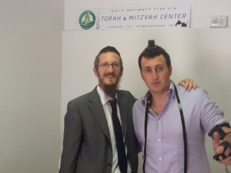 Rav Shalom Hazan aiuta un ebreo ad indossare i tefillìn