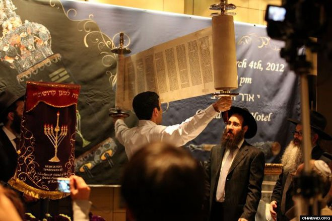 The new Torah scroll was opened for everyone to see.