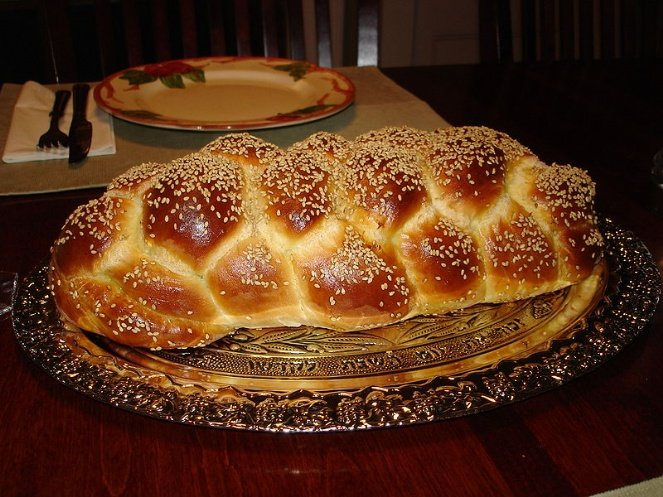 800px-Challah_Bread_Six_Braid_1.JPG