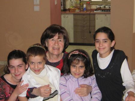סבתא עם הנכדים