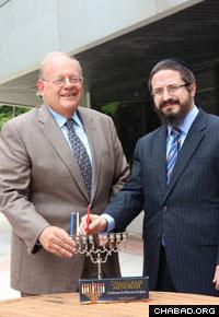 הרב זלמן גרוסבוים עם עורך הדין ג'ייקובס שדאג לקבלת האישור.