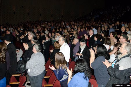 A crowd of more than 1,000 gathered on Sunday for an address by Rabbi Lau.