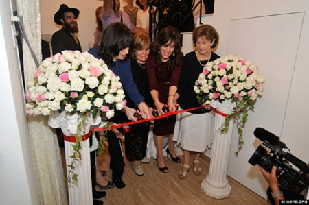 """שלוחת חב""""ד בוייטנאם רחל הרטמן גוזרת את הסרט לצד אימה וחמותה שבאו מהארץ להשתתף באירוע."""
