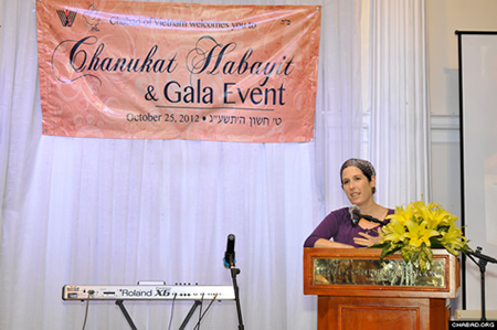 עינת לוין, נציגת השגרירות הישראלית, נושאת דברים בטקס.