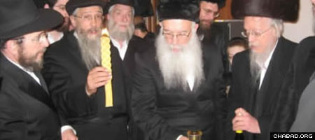 The Havdalah ceremony at Heichal Admor Hazaken marked the conclusion of the Sabbath and the onset of the 200th anniversary of the passing of Rabbi Schneur Zalman of Liadi.