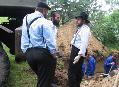 הרבנים קלמנוביץ ופיינגולד במתחם החפירה.