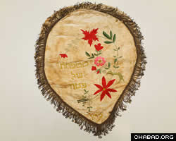 Antique matzah cover hand-woven in Hungary (Photo: Victor Moriyama/Folhapress)