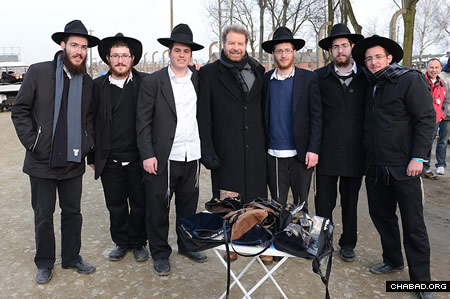 Chabad volunteers who helped the crowd put on tefillin, with Dudu Fisher, center. (Photo: Israel Bardugo)