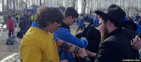 Chabad-Lubavitch representatives were on hand to offer participants the opportunity to wrap tefillin and pray.