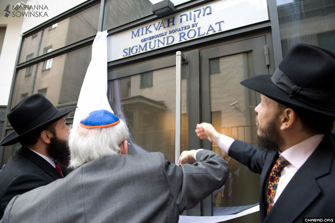 Together with Rabbi Shalom Ber Stambler, director of Chabad in Warsaw, philanthropist and Holocaust survivor Sigmund Rolat unveils the dedication plaque in his honor.
