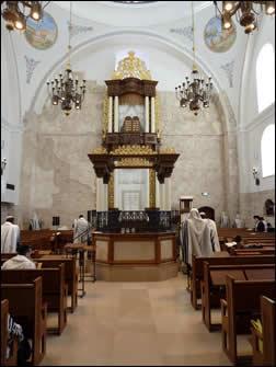 """תפילת שחרית בבית כנסת """"החורבה"""" המחודש. צילום: משתמש djamp, ויקיפדיה"""