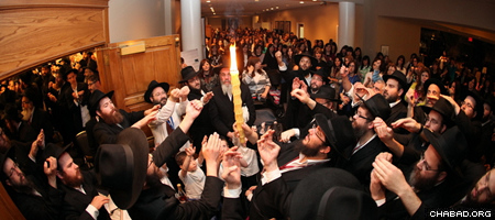 Shared spiritual experiences like the Havdalah ceremony at the close of Shabbat are an important component of every gathering (Photo: Bentzi Sasson for Chabad.edu)