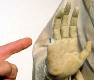 95194288-4668-46f6-8d0d-c89375e267ad_statue-finger-museum-tourist.jpg