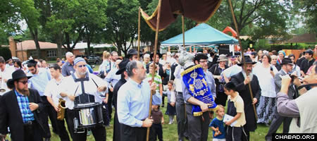 More than 500 celebrated the completion and dedication of the Torah scroll.