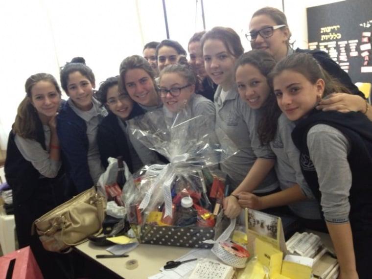 Classe com premio cesta de Rosh Hashana 2013.jpg