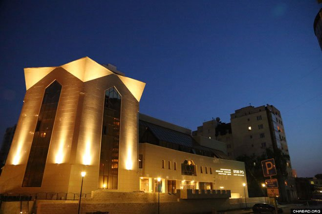 The center, directed by Chabad-Lubavitch emissaries Rabbi Zalman and Miriam Zaklos, comprises a large synagogue, a ritual bath, a Judaic library, rooms for classes and the offices of the Jewish community.