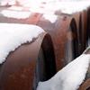 Barriles en la nieve