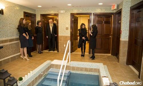 Community member Dara Orbach, mikvah attendant Chevy Kaplitt, community member Seryl Kushner, Rabbi Chaim Mentz, Paula Abdul and Chabad emissary Toba Leah Grossbaum at Mikvah Chana in Livingston, N.J. (Photo: Mendel Grossbaum)