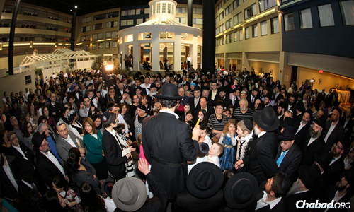 The Havdalah ceremony at the Fifth Annual National Russian Jewish Shabbaton at the Stamford Plaza Hotel and Conference Center in Stamford, Conn., which drew more than 1,000 participants of all ages. (Photo: Bentzi Sasson)
