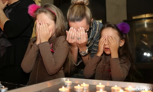 Women and girls bring in Shabbat with candle-lighting. (Photo: Bentzi Sasson)