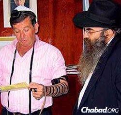 הרב בוטמן מניח תפילין עם ראש עיריית נהריה בזמן מלחמת לבנון השניה. (צילום ארכיון)