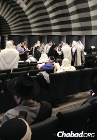 """""""People want to feel a part of a community, so there have been more people coming in to shul to put on tefillin, to daven,"""" says Rabbi Shmuel Kaminezki. (Photo: Herzl Kosashvili/COL.org.il)"""