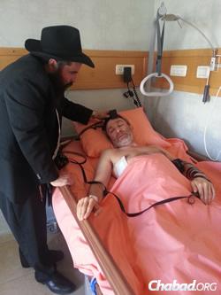 Rabbi Moshe Moskovitz helps Mayor Gennady Kernes to don tefillin.