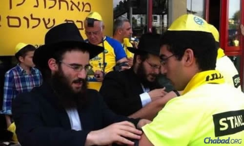 Chabad emissaries and volunteers in Milan were mobilized to wrap tefillin with hundreds of fans before both games—the semifinal on Friday and Sunday's final. (Photo: ©CHABAD.IT)