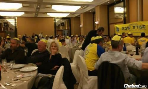 Prior to the onset of Shabbat, some 600 Maccabi Tel Aviv fans gathered at the Hotel Melia in advance of the Friday-night meal. (Photo: ©CHABAD.IT)