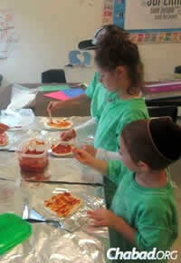 Kids enjoy making pizza at Camp Gan Israel in Portland, Maine. Hordes of seasonal travelers pass by the area on their way to Acadia National Park. (Photo: Chabad Lubavitch of Maine)