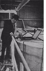 El rabino Dov Ber Levy revisando una fabrica de alimentos