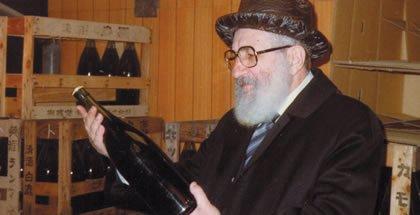 El Rabino Levy revisa unas botellas de vino Kosher