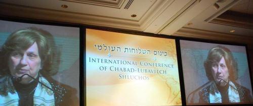 בתמונה: הרבנית גרליק נואמת בכינוס השלוחות העולמי