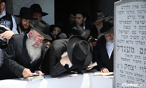 The 20th yahrtzeit proved an emotional time for many. (Photo: Chaim Perl)