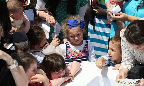 Children also had the opportunity to deliver their requests for blessing. (Photo: Chaim Perl)
