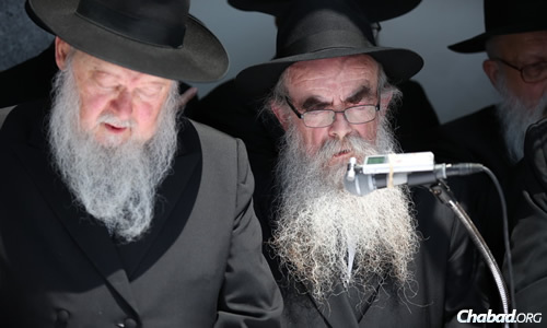 Rabbi Abraham Shemtov, right, read a general petition for blessing. (Photo: Chaim Perl)