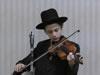 """חסיד צעיר מנגן """"שאמיל"""" על כינור"""