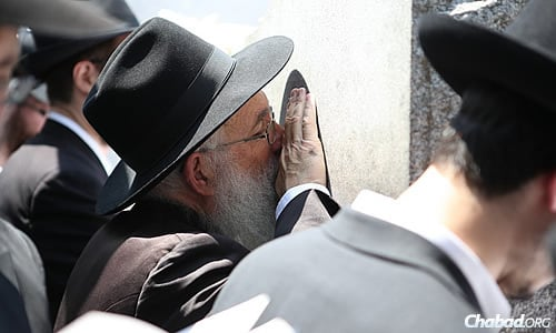 Heartfelt prayer set the tone of the day by Jews in Queens and around the world. (Photo: Chaim Perl)