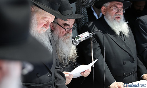 Rabbi Abraham Shemtov, chairman of Agudas Chasidei Chabad, read a general petition for blessing. (Photo: Chaim Perl)