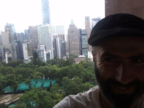 כותב השורות בהונג קונג