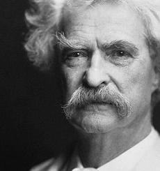 Un retrato del escritor estadounidense Mark Twain tomada por el AF Bradley en Nueva York, 1907 (Fuente: Wikipedia)