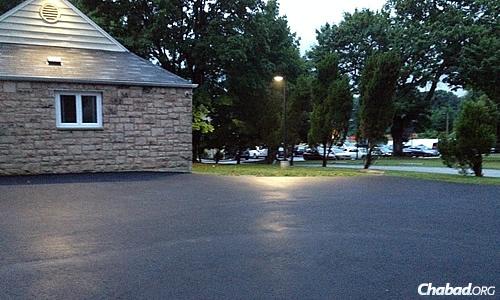 Le parking finissant de sécher; à l'arrière-plan on distingue une partie du parking du centre islamique, plein de voitures à l'heure où les fidèles de la mosquée participent aux prières du ramadan et à la rupture quotidienne du jeûne.