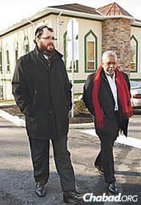 Rav Kaplan avec l'ancien président de la mosquée, Mohammad Aziz. Les deux hommes et leurs établissements religieux ont favorisé les bonnes relations dès le départ. (Photo: Jordan Cassway)