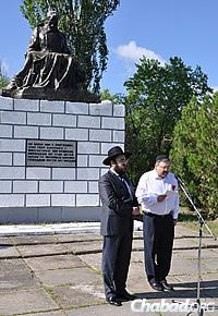 Rabbi Shalom Gopin, left, head of the Jewish community of Lugansk