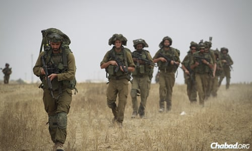 IDF soldiers conduct training in a field near the border with Gaza in southern Israel. (Photo: Hadas Parush/Flash90)