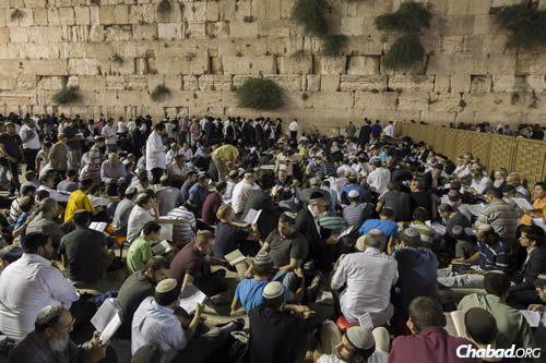Jews gather last year for Tisha B'Av at the Kotel (Western Wall) in the Old City of Jerusalem. (Photo: Yonatan Sindel/Flash90.)