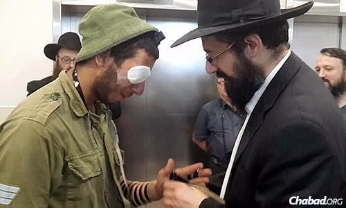 The group also visited wounded soldiers at Soroka Hospital in Beersheva, where Kaplan wrapped tefillin with an injured member of the Israel Defense Forces.